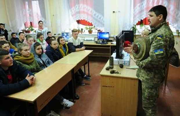 Учням пояснювали, як діяти при виявленні вибухонебезпечних та підозрілих предметів