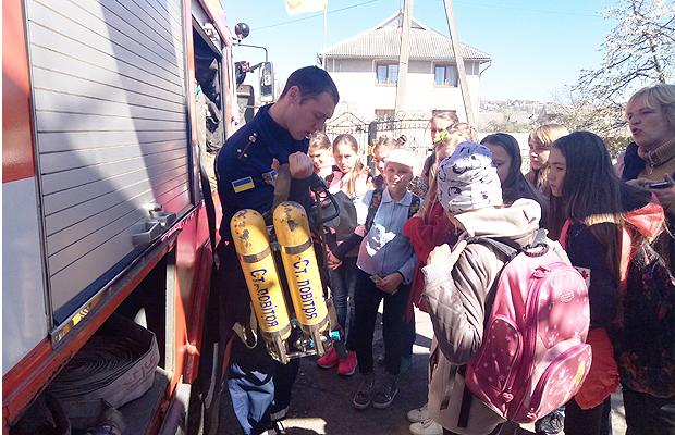 Школярам Глибоцької гімназії рятувальники продемонстрували пожежно-технічне спорядження