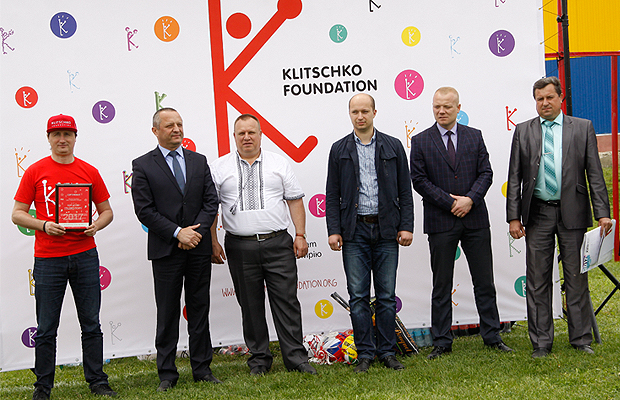 Школи Глибоччини отримали спортивні майданчики від братів Кличко (ФОТО)