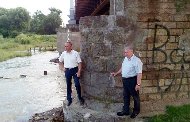 У селі Карапчів через дощі може зруйнуватися залізничний міст