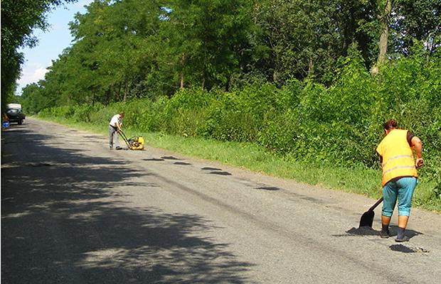 У Петричанці розпочали ямковий ремонт дороги