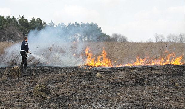 Глибоцькі рятувальники вкотре нагадують про небезпеку спалення сухої трави