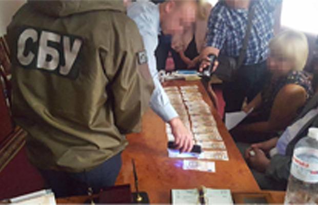 На Буковині СБУ затримала на хабарі одного з керівників обласного Державного архіву