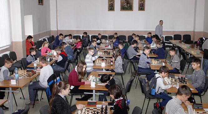 Чемпіонат Чернівецької області з шахів серед юнаків та дівчат віком до 14 років стартував у Глибоцькому ліцеї