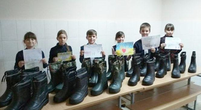 З настанням холоду учні Глибоцького ліцею долучилися до акції «Зігрій воїна»