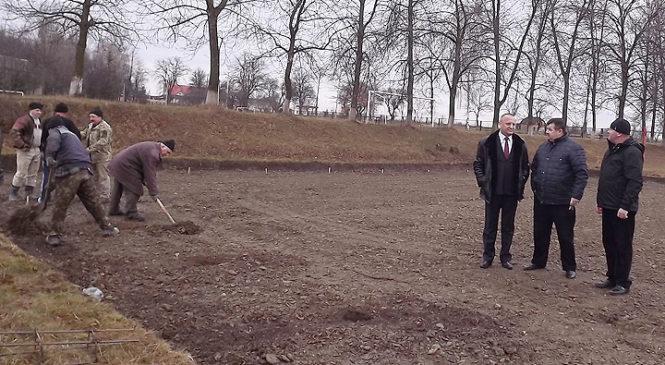 В селі Старий Вовчинець розпочато будівництво спортивного майданчика зі штучним покриттям