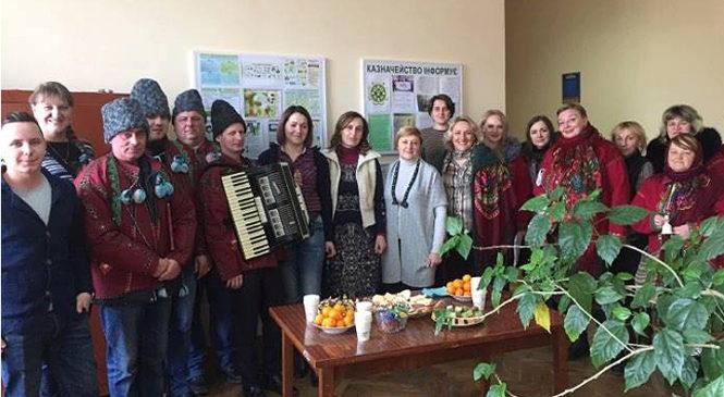 Колядники Глибоцького будинку творчості та дозвілля привітали трудові колективи Глибоки з Різдв'яними святами