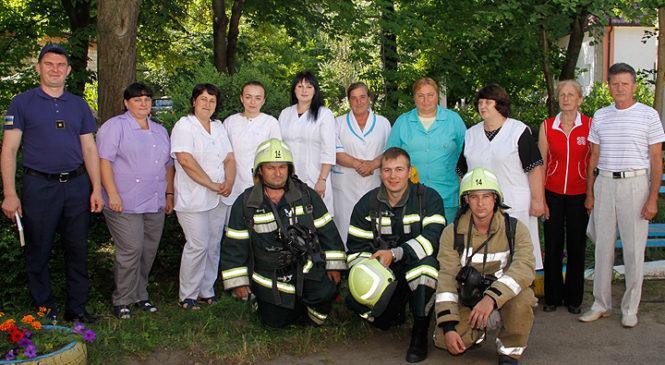 У інфекційному відділенні райлікарні пройшли тактико-спеціальні навчання з ліквідації умовної пожежі