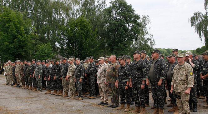 Бійці стрілецької роти підрозділу територіальної оборони проходять вишкіл на військовому полігоні