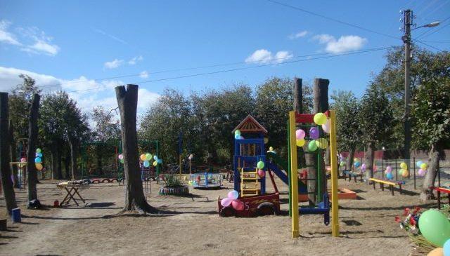 Оновлений дитячий майданчик відкрили на куті Валовія у смт. Глибока