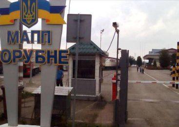 Півтори сотні вантажівок стоять у черзі на кордоні з Румунією