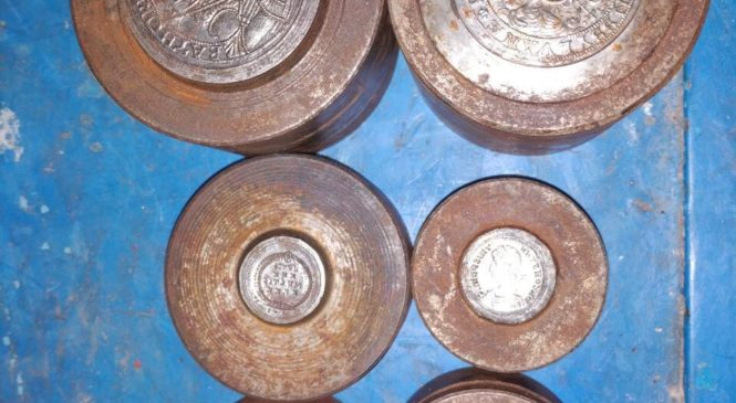 Чернівецькі митники вилучили предмети нумізматики та старовинну прикрасу