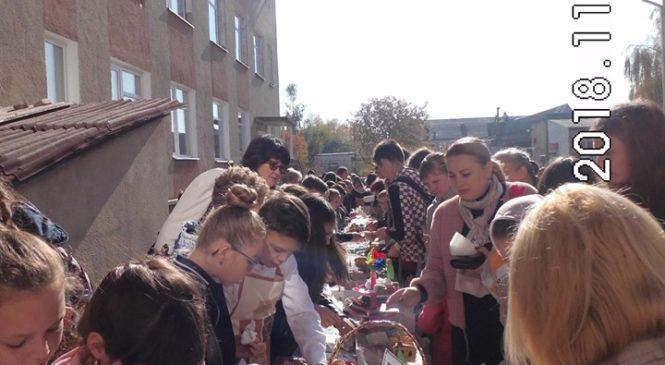 В Глибоцькому ліцеї відбувся благодійний шкільний ярмарок