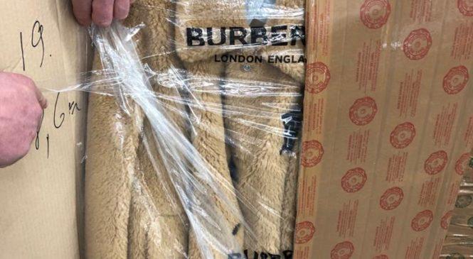 """Буковинські митники вилучили понад 33 тисячі одиниць товарів народного вжитку та сигарети у ПП """"Порубне"""""""