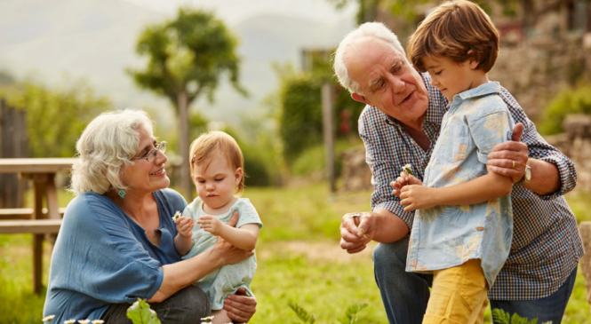 Час, проведений з онуками, продовжує життя бабусь та дідусів на 5 років: дослідження