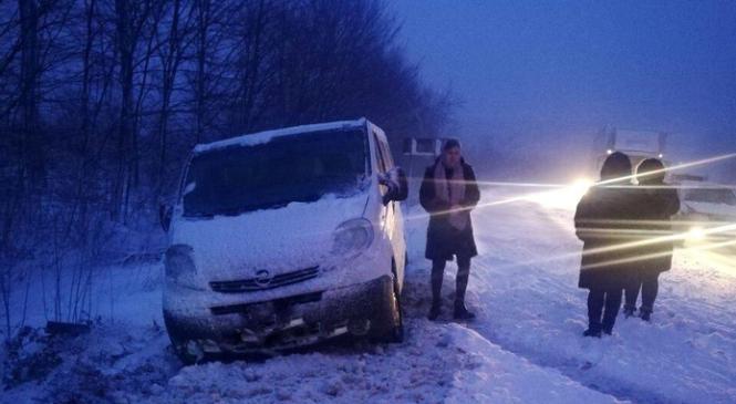 Буковинські патрульні розповіли про стан доріг області у снігопад