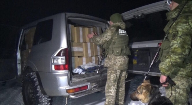 На Буковині прикордонники зупинили автівку вщент забиту тютюновою контрабандою
