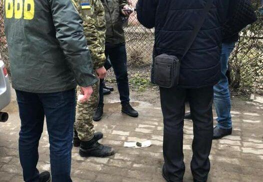 Двох корумпованих прикордонників виявили і затримали на Буковині