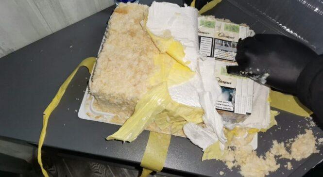 """У ПП""""Порубне""""  прикордонники та митники виявили водія, який  віз торт фаширований  цигарками"""