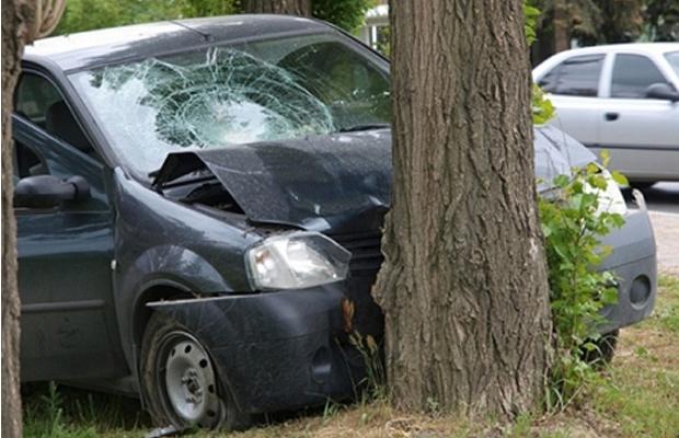 На Глибоччині автівка врізалася у дерево – водій та троє пасажирів отримали травми