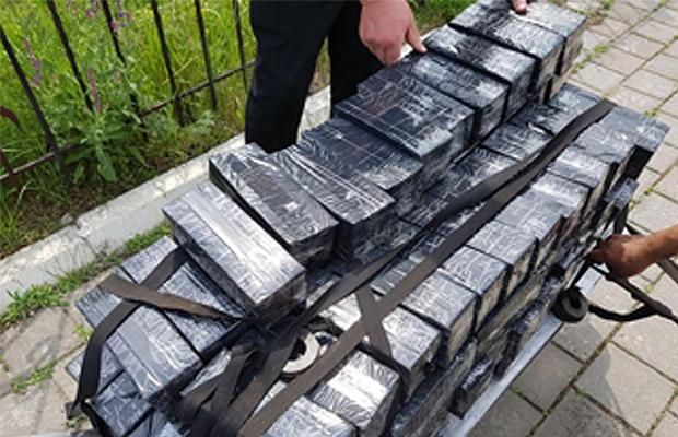 Чернівецькі митники знайшли контрабандні сигарети у вагонах з лісоматеріалами