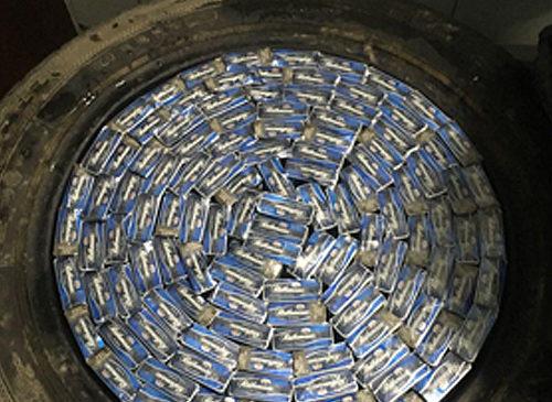630 пачок цигарок у шинах автомобіля, – буковинець намагався перевезти до Румунії тютюнову контрабанду
