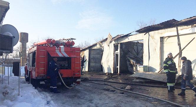 У Глибоці рятувальники погасили пожежу на автомийці