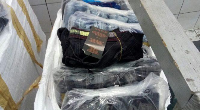Чернівецькі митники вилучили партію незаконного ввезених джинсів