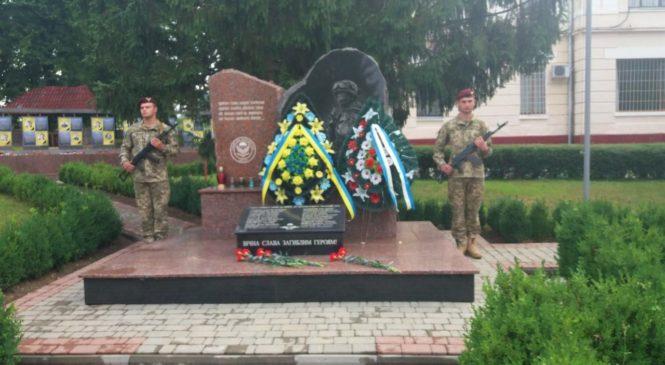 В Чернівецькому десантно-штурмовому підрозділі сьогодні відбувся мітинг-реквієм за всіма загиблими українськими десантниками