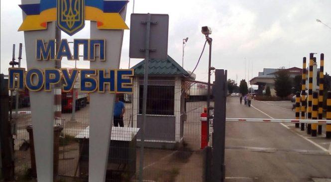 Вщент нашпиговану цигарками автівку виявили буковинські митники на кордоні з Румунією