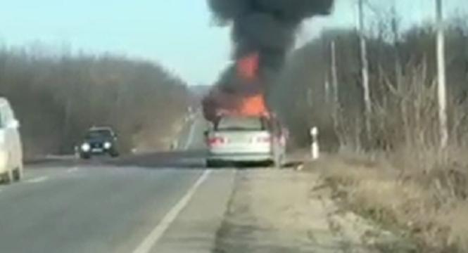 Між селами Тарашани та Опришени посеред дороги загорілася автівка