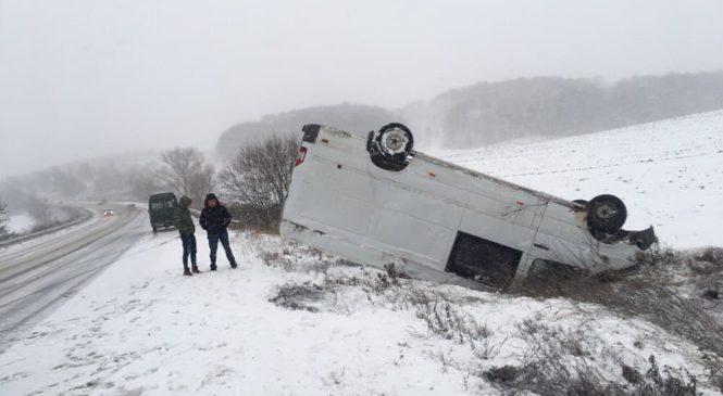Через погодні умови на трасі Чернівці-Порубне перекинувся автомобіль
