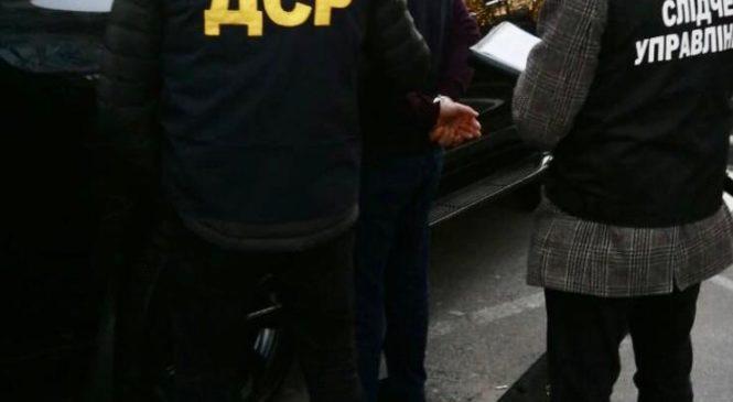 У Чернівцях поліція затримала осіб за «вибивання» грошей з підприємців