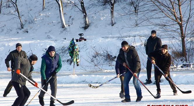 Глибока грає у хокей