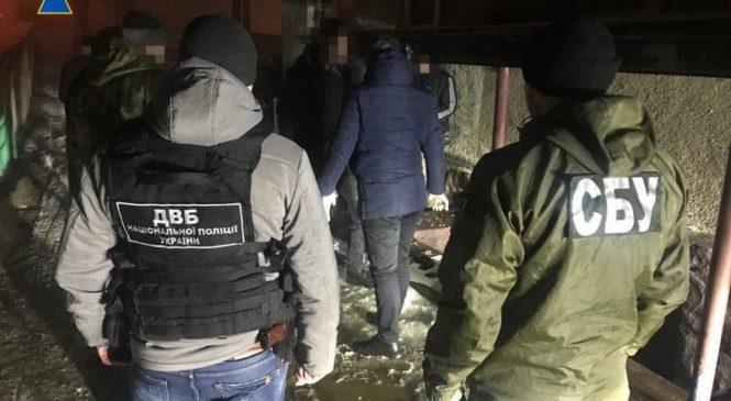 На Буковині слідчий поліції організував збут наркотиків та був затриманий СБУ