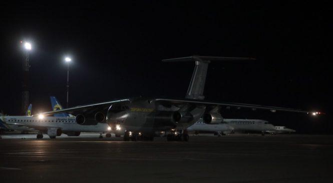 До Києва прибув літак Збройних сил України, який доставив із Китаю допомогу для боротьби із коронавірусною інфекцією