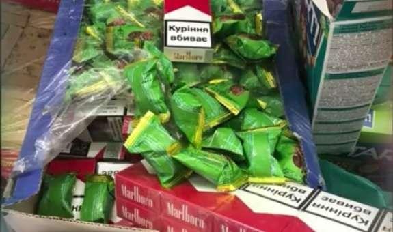 На Буковині подружжя намагалися перевезти до Румунії цигарки в коробці з солодощами