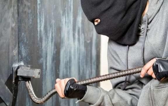 До будинку буковинки проник злодій, який викрав гроші та продукти