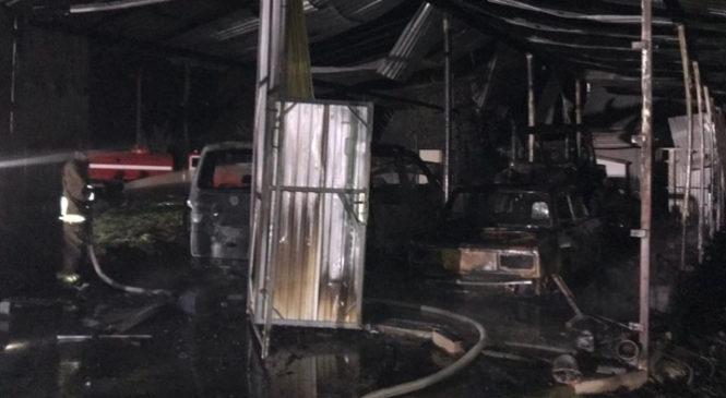 В селі Кам'янка Глибоцького району вогонь знищив гараж, два авто та трактор
