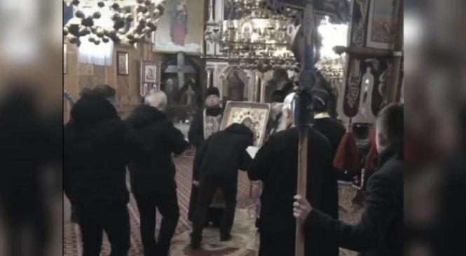 Парафіяни церкви в охопленій коронавірусом Чернівецькій області натовпом цілували ікони