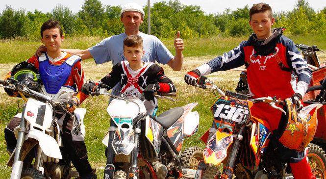 Глибоцький мотоциклетний клуб «ФІЛІКРОС» вітає всіх з Днем Конституції, Днем молоді та Днем селища!