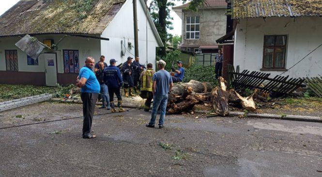 Сьогоднішній буревій наробив багато біди в Глибоці: довелося залучати рятувальників