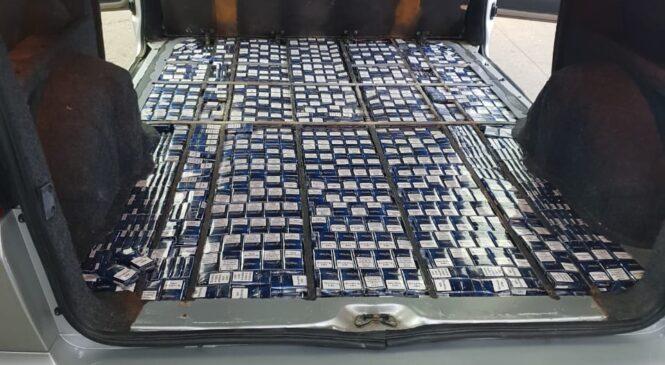 Буковинські митники виявили значну кількість тютюнових виробів, незаконно переміщуваних в подвійному дні мікроавтобуса