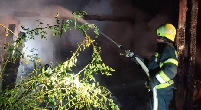 У селі Кам'янка цієї ночі вогнем повністю було знищено нефункціонуючу будівлю