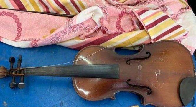 У ПП «Порубне-Сірет» Буковинськи митники затримали чоловіка. який перевозив старовинну скрипку та монети