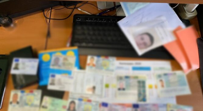На Буковині поліція припинила діяльність злочинної групи, яка підробляла документи громадян України та Євросоюзу
