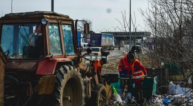 Вивезли чотири КамАЗи сміття: буковинські дорожники прибрали територію біля КПП «Порубне»